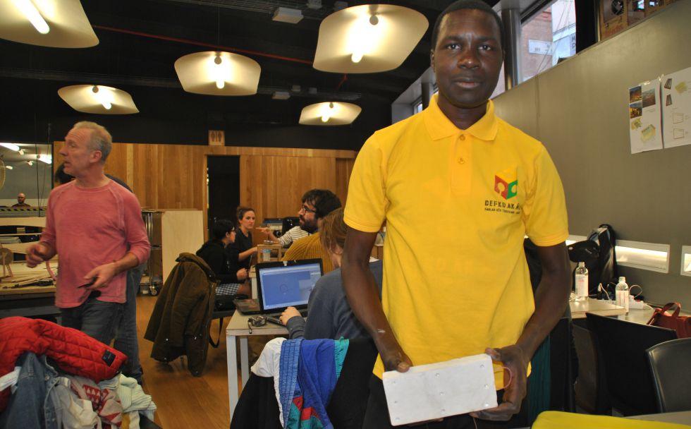 Modou Ngom posa con un ladrillo luminoso ingeniado en el FabLab Defko Ak Ñiëp.