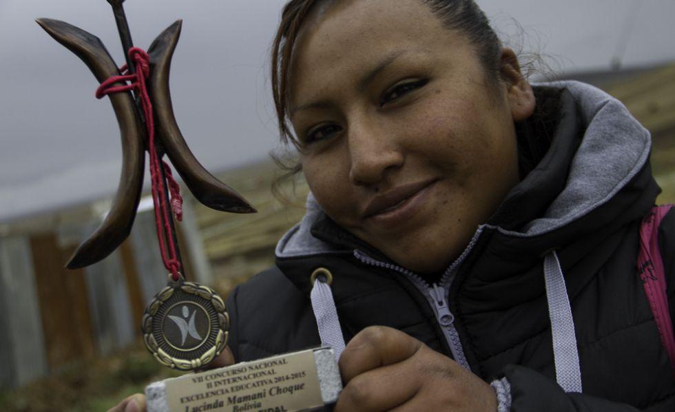 Lucinda ganó en 2014 el premio a la excelencia educativa que otorga la Fundación para la Integración y Desarrollo de América Latina. En la imagen posa con el galardón.