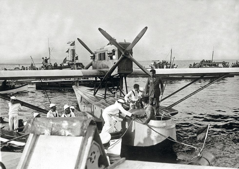 Llegada de la tripulación a bordo del hidroavión a Río de Janeiro.
