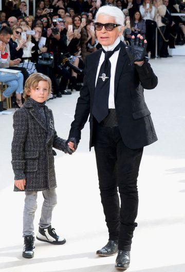 Karl Lagerfeld junto a su ahijado en el desfile de Chanel.