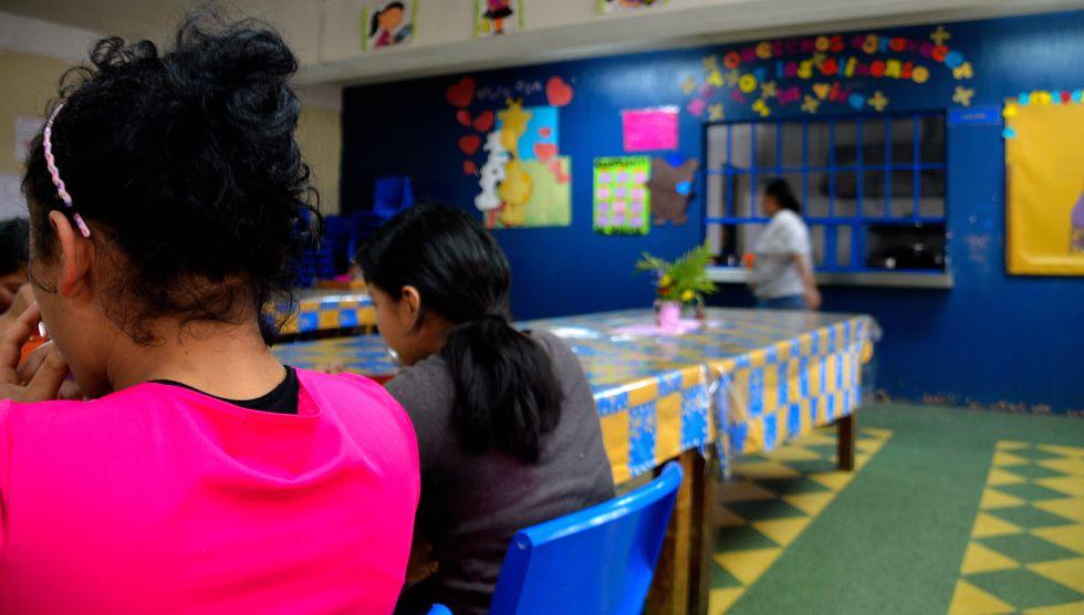 Las menores se reúnen para comer en el comedor de La Alianza, cuyos responsables han detectado que cuando ingresan al centro algunas sufren desnutrición por las condiciones de pobreza y exclusión que han vivido.