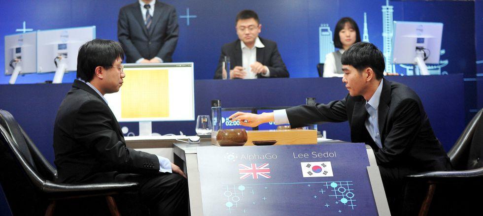 El campeón del mundo, Lee Sedol, realiza el movimiento inicial de su primera partida contra la máquina.