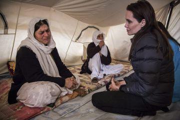 La actriz en Altinozu, un campo de refugiados turco, en febrero de 2015.