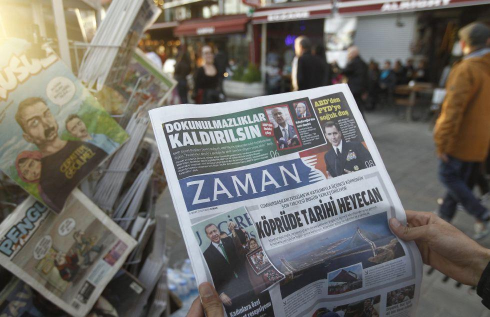 Un hombre lee el periodico 'Zaman' dos días después de que su dirección fuera reemplazada.