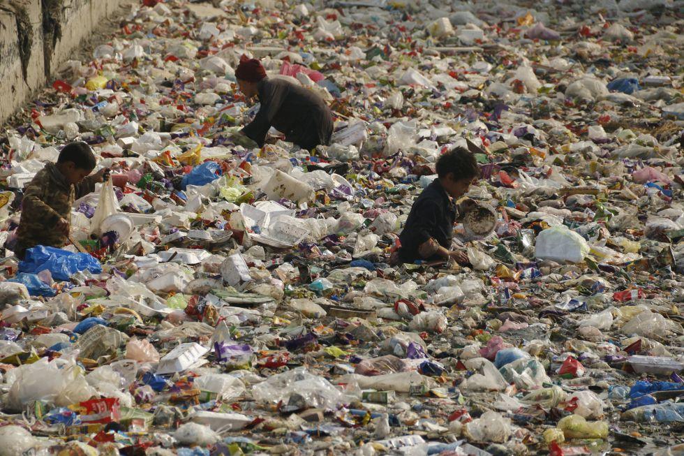 Un grupo de niños busca plástico reciclable en Peshawar, Pakistan.