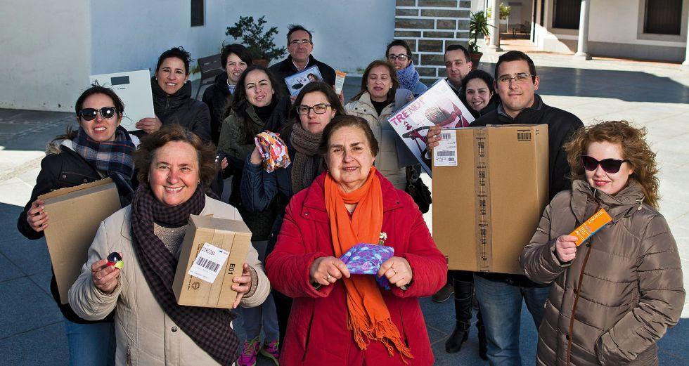 Vecinos de Añora, en el centro del municipio, muestran algunos productos comprados por Internet.