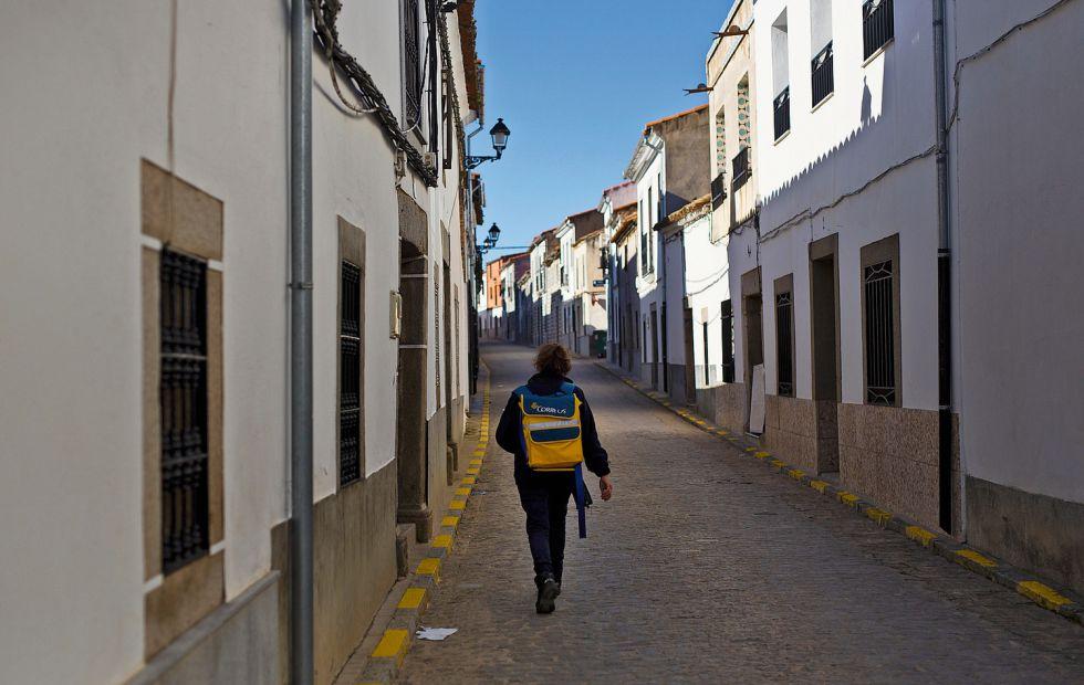 La empleada de Correos de Añora, en su trayecto diario para distribuir cartas y paquetes.