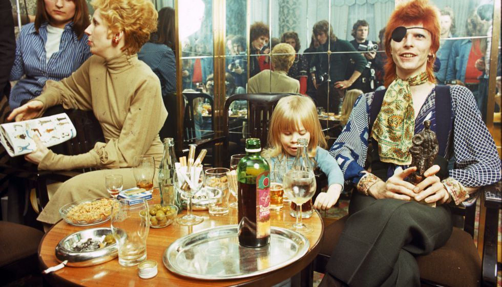 Duncan Jones, con su padres David y Angie, en 1974.