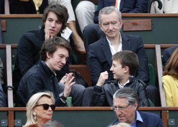 El magnate con sus hijos Alexandre (arriba), Frederic (izquierda) y Jean, en 2012.