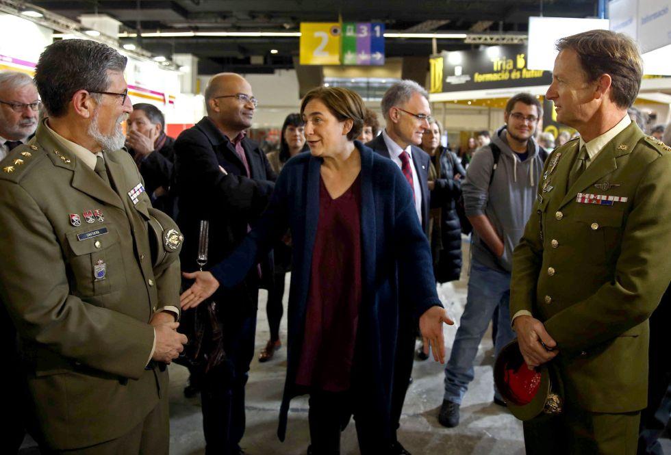 La alcaldesa de Barcelona, Ada Colau, conversa con dos mandos militares en el stand de Defensa en el Salón de la Enseñanza.
