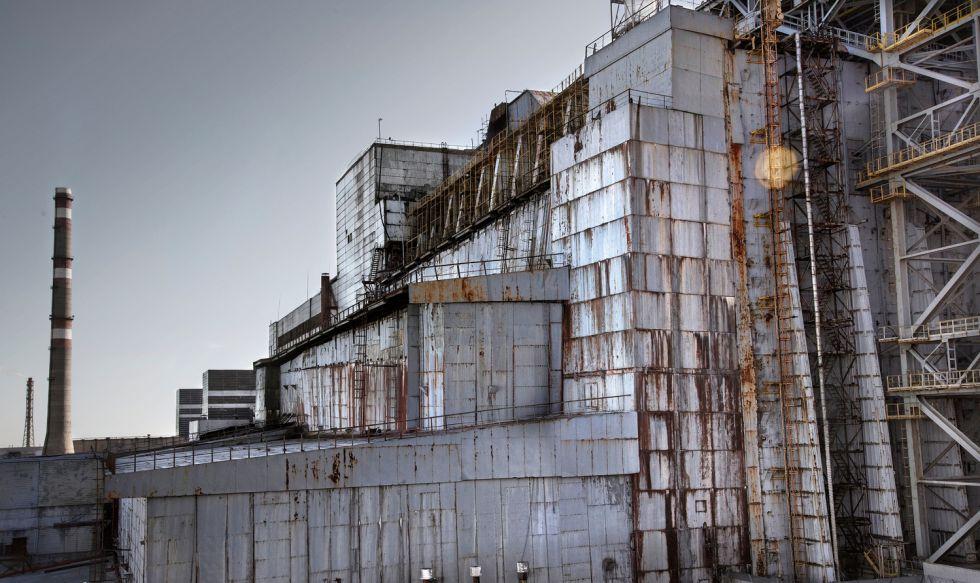 Este búnker de acero y hormigón, realizado a toda prisa tras el accidente, alberga el reactor nuclear que explotó en 1986 y que ahora se pretende blindar con más garantías con una nueva construcción.