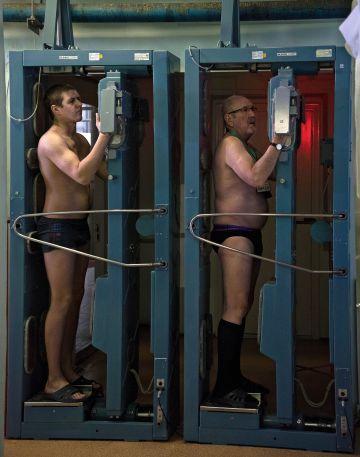 Dos obreros pasan el tercero de los cuatro controles de seguridad después de haberse adentrado en el área contaminada de radiación.
