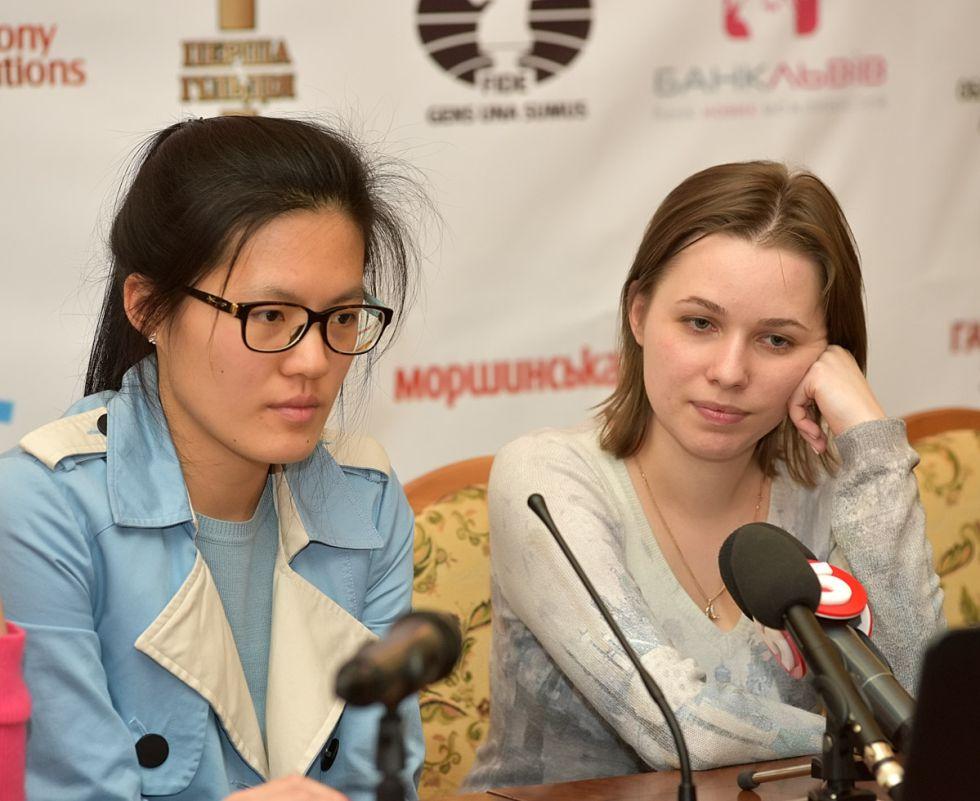 Yifán Hou y Mariya Muzychuk, durante la rueda de prensa tras la 6ª partida del Mundial