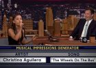 Ariana Grande imita a Shakira y Rihanna en 'Saturday Night Live'