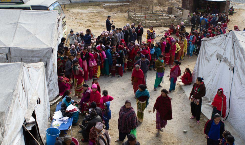 Aldeanos nepalíes hacen fila para ser atendidos en las carpas instaladas junto al centro médico en Melamchi. Hasta 150 enfermos recuperan la vista en un fin de semana.
