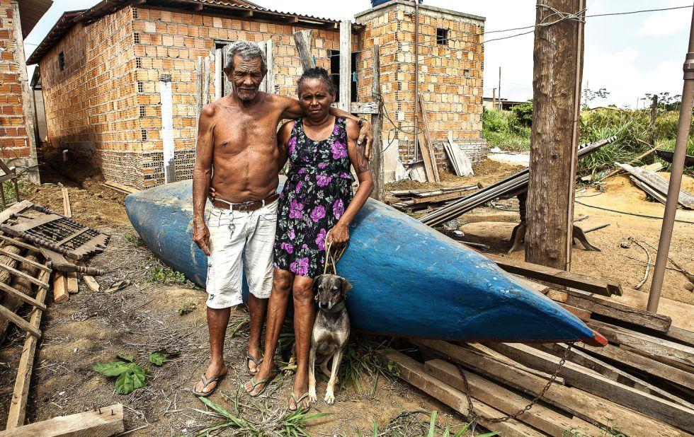João Pereira da Silva y su esposa, Raimunda Gomes da Silva, junto a la nueva casa que están construyendo en un suburbio urbano tras haber sido expropiados.