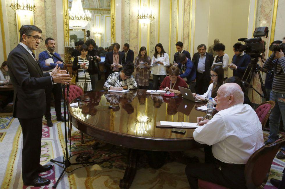 El presidente del Congreso, Patxi López, explica a los periodistas las consecuencias de que el Gobierno se niegue al control parlamentario.