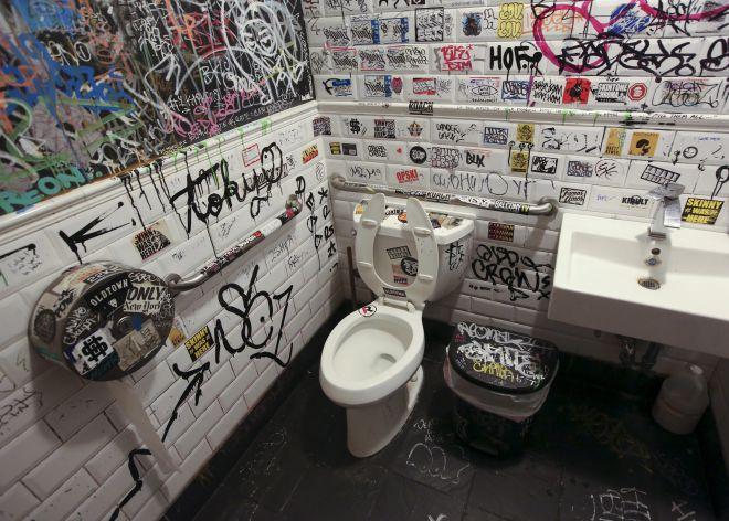 Foto de un baño de un restaurante en el barrio neoyorquino de Williamsburg.
