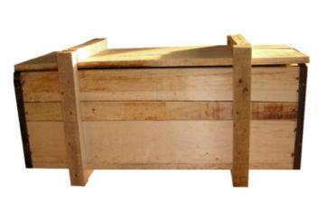 La caja de madera en la que se comercializa la muñeca.