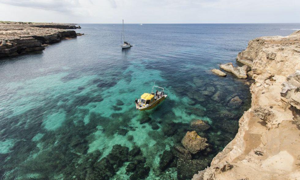 En las zonas más oscuras se encuentran las praderas de posidonia (Formentera).