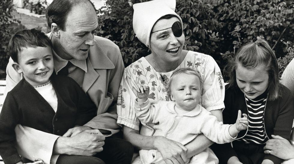 Retrato de familia: Roald Dahl junto a su esposa, la actriz Patricia Neal, y sus tres hijos, en Great Missenden (Inglaterra), en 1965.