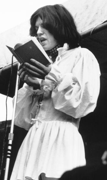 Mick Jagger leyendo un poema del poeta Shelley en escenario del Hyde Park vistiendo un traje-falda.