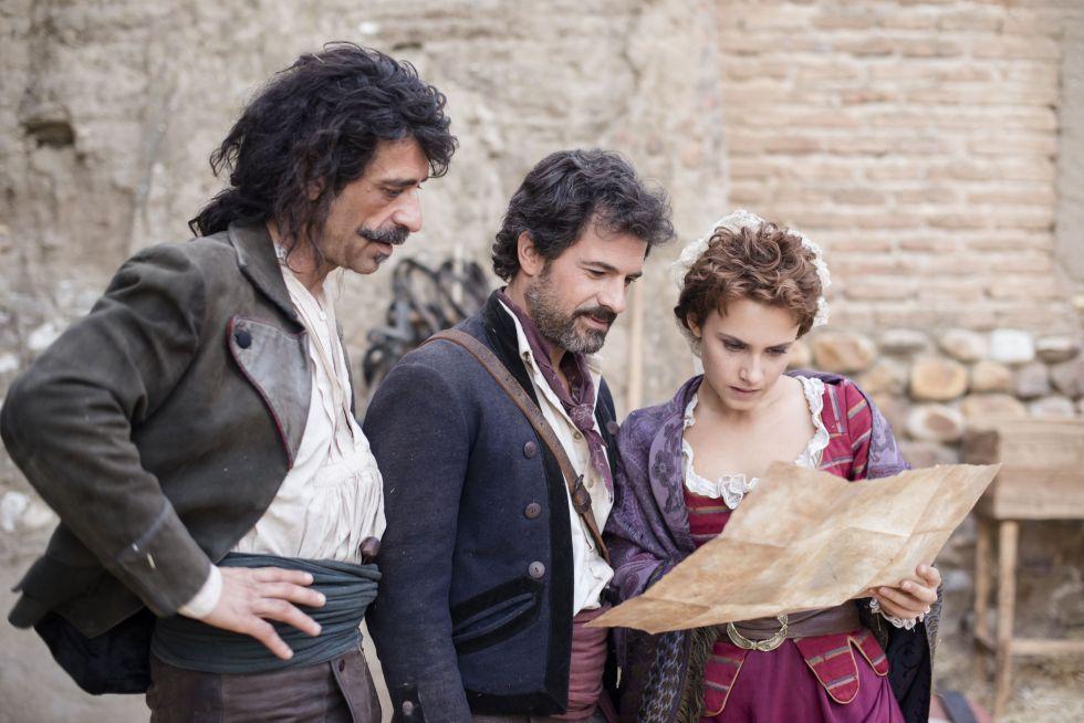 De izquierda a derecha: Nacho Fresneda, Rodolfo Sancho y Aura Garrido, en el primer capítulo de la serie 'El Ministerio del Tiempo'.