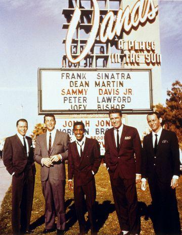 De izquierda a derecha: Frank Sinatra, Dean Martin, Sammy Davis Jr., Peter Lawford y Joey Bishop posan a las afueras del Sands Casino de Las Vegas en 1960.