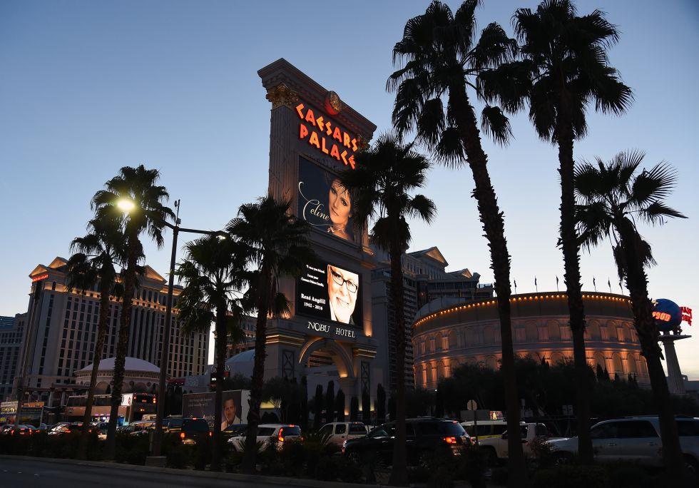 Cartel del espectáculo de Celine Dion en el Caesars Palace de Las Vegas sobre el cartel de homenaje a su marido tras su muerte.