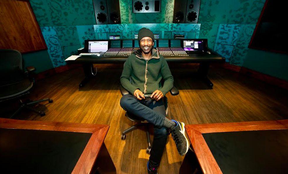 Daby Touré en un estudio de grabación.