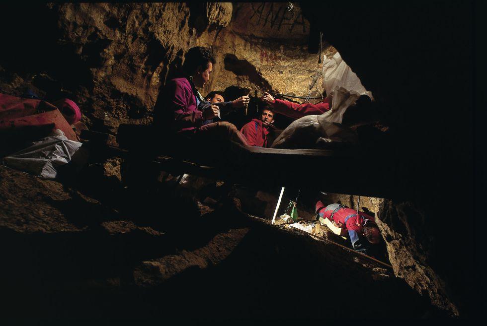 Científicos trabajando en la Sima de los Huesos