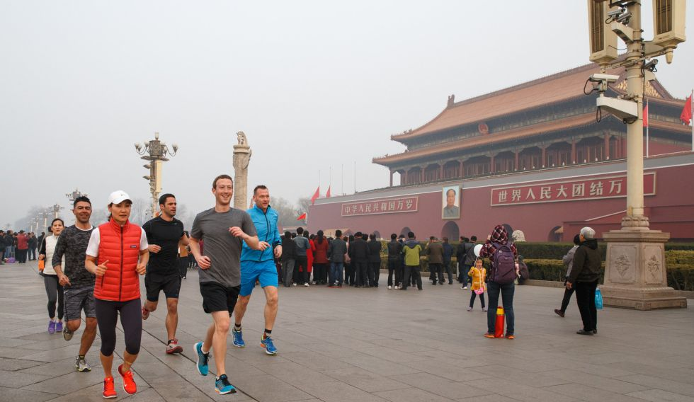 Mark Zuckerberg corriendo en la plaza Tiananmen este viernes.