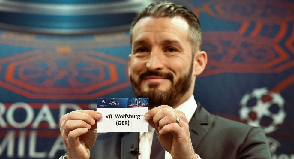Gianluca Zambrotta muestra la tarjeta del Vfl Wolfsburgo