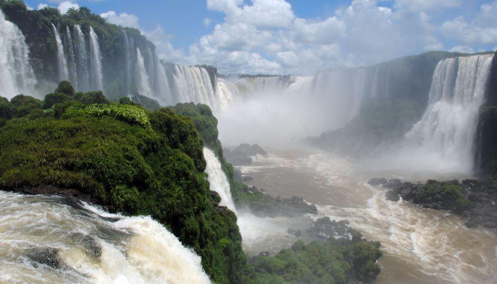 Este es el salto de agua más grande del mundo, que desde una altura de 80 metros suelta una mole hídrica de más de 1.500 metros cúbicos por segundo.