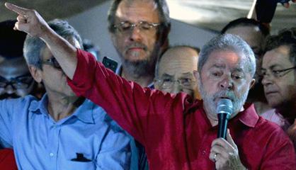 Lula se dirige a la multitud en una marcha en su apoyo en São Paulo.