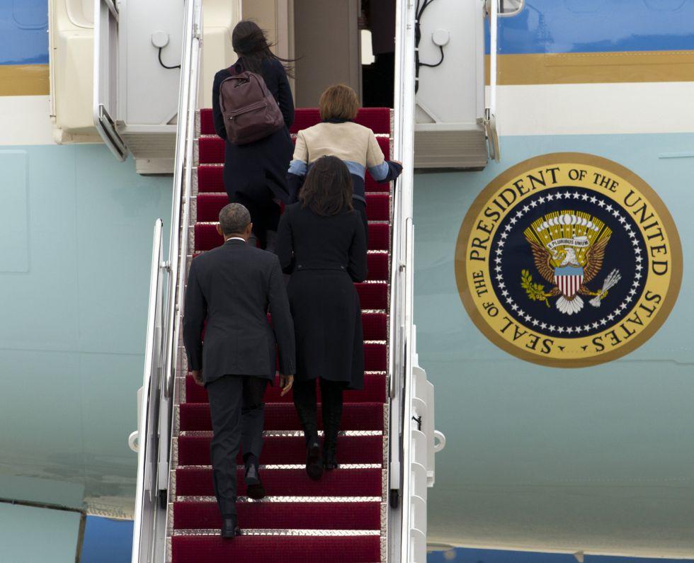 Barack Obama sube con su esposa Michelle, la madre de la primera dama y su hija Sasha al avión que los transportó ayer a La Habana.