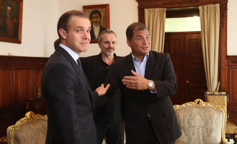 El ecólogo marino Enric Sala, el cantante Miguel Bosé y el presidente ecuatoriano, Rafael Correa.