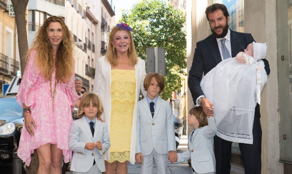 Carmen Cervera con su hijo, la esposa de este y sus cuatro nietos.