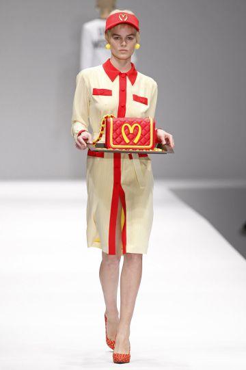 Diseño de Jeremy Scott para Moschino.