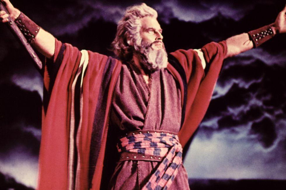 Por qué va Moisés (Charlton Heston) tan abrigado en 'Los diez mandamientos' si por el calor todos vestían semidesnudos.