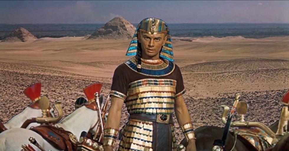 Yul Brynner es un Ramsés muy particular en 'Los diez mandamientos'. A la austeridad y los tejidos sencillos de la época, él exhibe trajes metalizados y pedrería.