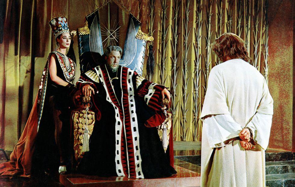 Frank Thring, un Herodes que parece sacado de un 'videoclip' de un ostentoso 'rapero'. La película es 'Rey de reyes'.