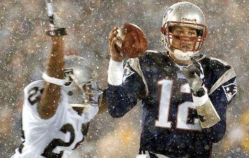 La 'tuck rule' era una norma que decidía cuándo el quarterback había perdido el balón o simplemente había cometido un pase incompleto. En este partido de 2002 entre Patriots y Raiders fue aplicada por última vez.