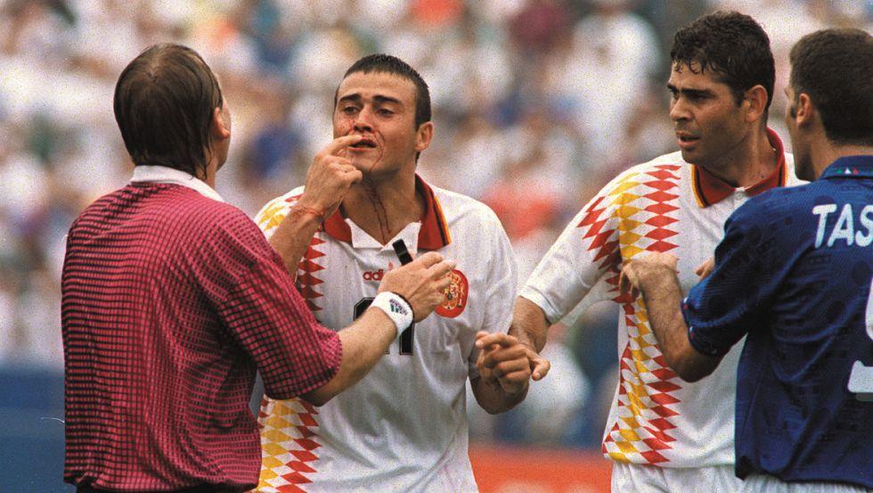 Luis Enrique muestra la sangre al árbitro después del famoso codazo que le propinó el italiano Tassoti. Fue en el Mundial de 1994.