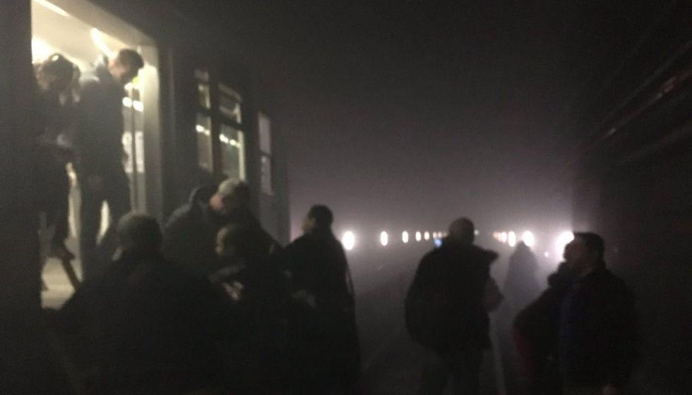 Varios pasajeros evacúan un vagón de metro en Bruselas el 22 de marzo de 2016.