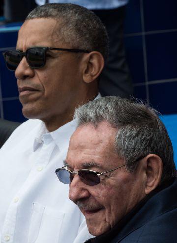 Obama, con Raúl Castro, durante un partido de béisbol en La Habana.