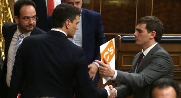 Pedro Sánchez (l) and Ciudadanos leader Albert Rivera have agreed a joint governing program.