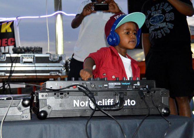 El pequeño DJ en acción