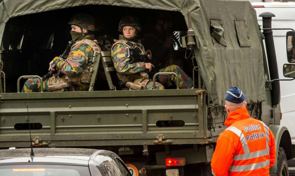 Soldados llegan al perímetro de seguridad de la estación de Metro de Maalbeek, en Bruselas.