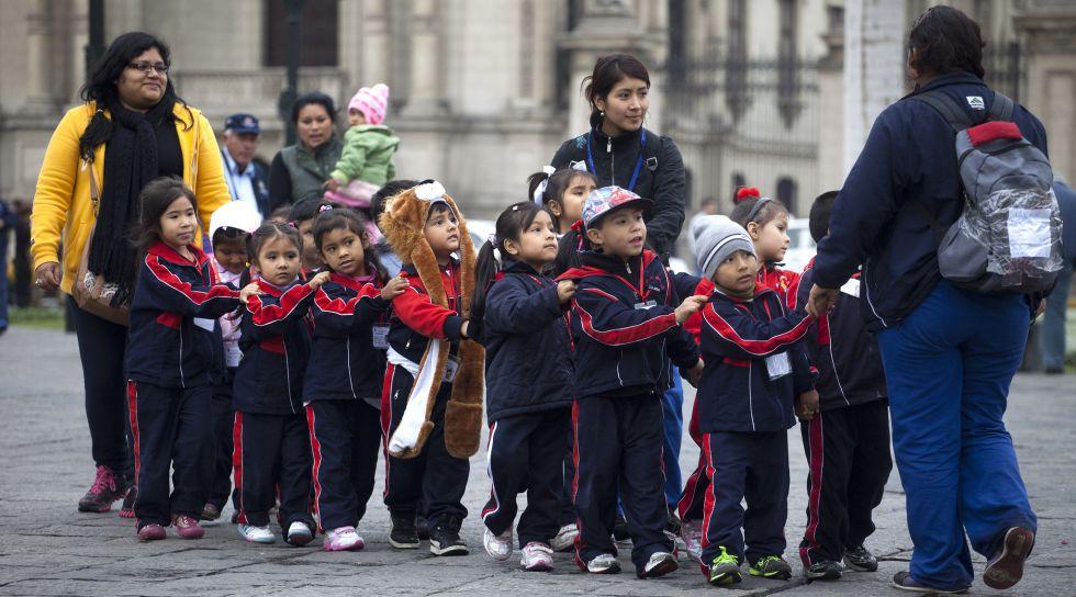 Alumnos de un colegio, en la Plaza de Armas de Lima (Perú).